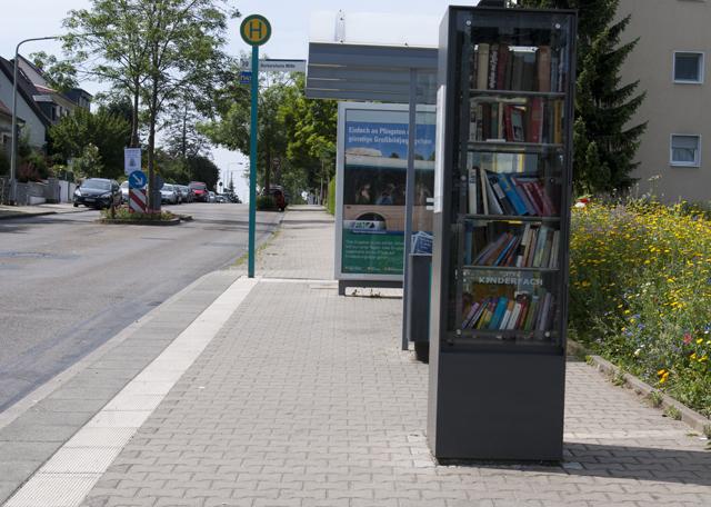 Книжный шкаф на автобусной остановке